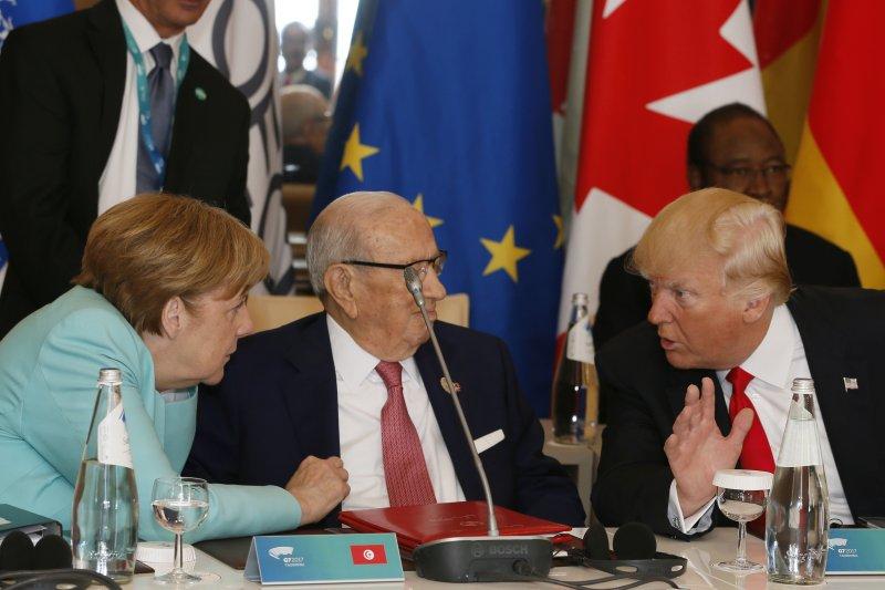 德國總理梅克爾與美國總統川普,兩人中間隔了突尼西亞總統埃塞卜西(AP)