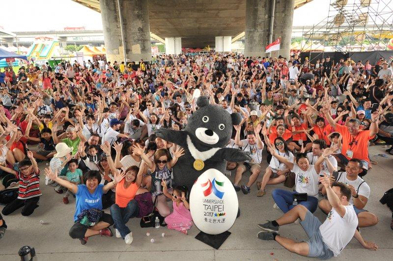 台北市政府在大佳河濱公園舉辦「水岸臺北2017端午嘉年華」現場吸引上百位觀賽的民眾及選手一起來挑戰立蛋。(取自台北市政府)