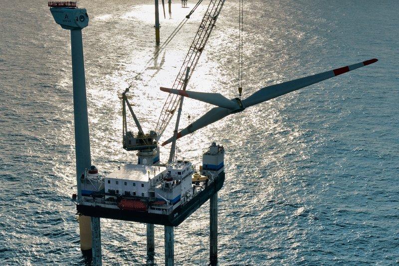 台電通過能源局遴選、取得離岸風電300MW併網容量,但將透過招標方式將整座風場委外興建。圖為德國Alpha Ventus離岸風場施工狀況。(資料照,取自德國離岸風電基金會網站)