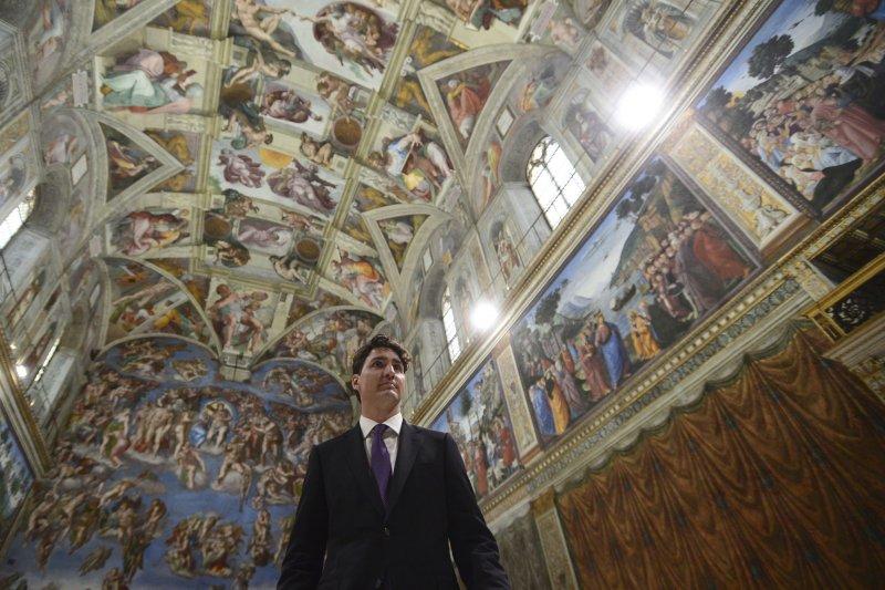 加拿大總理杜魯道與教宗會面,邀請教宗為天主教文化滅絕原住民族道歉。(美聯社)