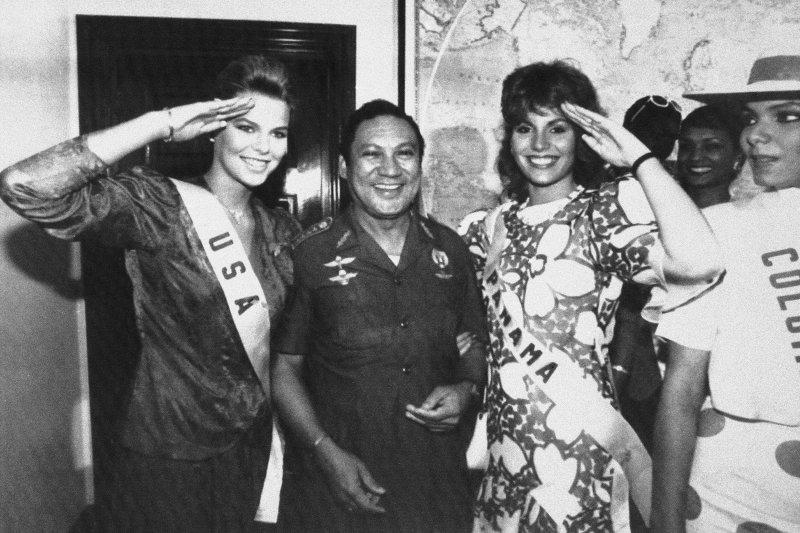 諾瑞加與美國小姐合照。他曾是美國重要盟友。巴拿馬(AP)