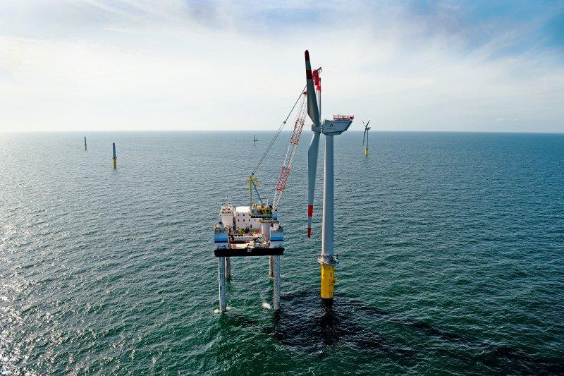 在廢核及減碳的壓力下,離岸風電成為能源轉型的必然選項之一,不過目前太陽光電在台灣的建設遭遇許多困難。圖為德國alpha_ventus離岸風場施工狀況。(取自德國離岸風電基金會網站)
