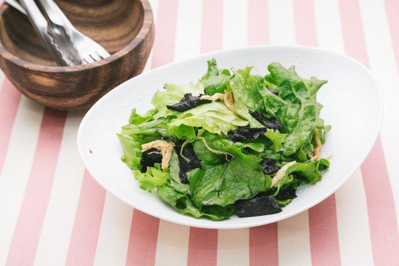事先做好萬用法式油醋醬的話,只要準備蔬菜,就可以馬上端出美味的沙拉。(示意圖/pakutaso)