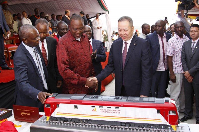 肯亞總統肯亞塔(左)與中國交通建設集團總經理陳奮健(右)(AP)