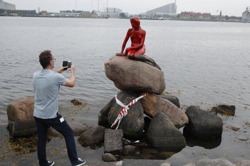 丹麥哥本哈根知名景點「小美人魚像」30日遭到紅漆灌頂,丹麥政府還在調查究竟是合人所為。(美聯社)