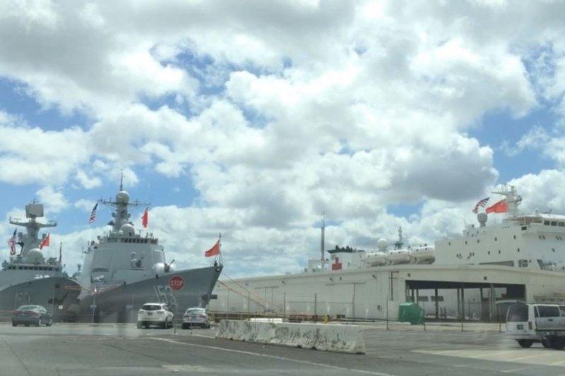 參加2016環太軍演的中國軍艦停靠在美國夏威夷珍珠港(美國之音)