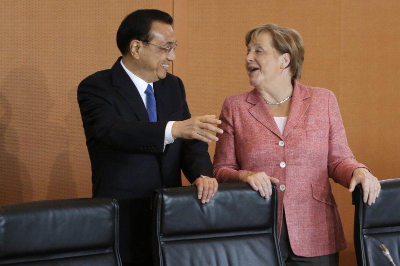 中國國務院總理李克強與德國總理梅克爾見面,中國也將宣布全力支持《巴黎協定》。(美聯社)