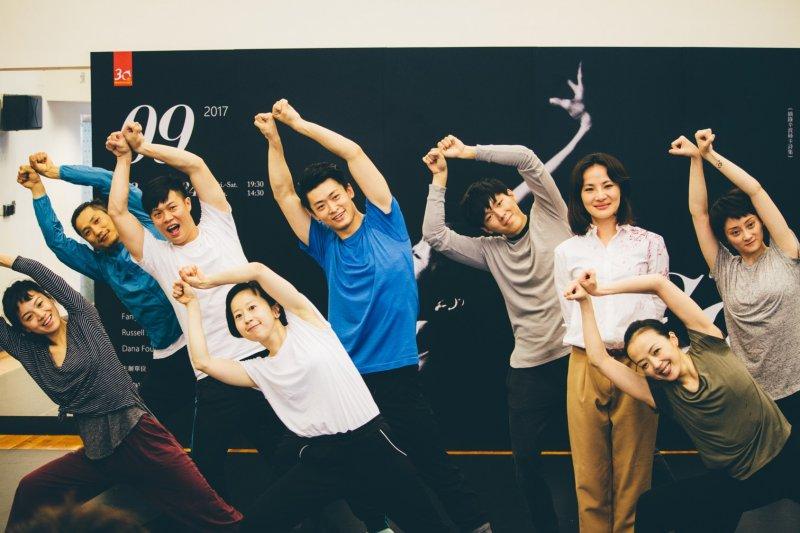 舞蹈家許芳宜與年輕舞者全體合照。(兩廳院提供)