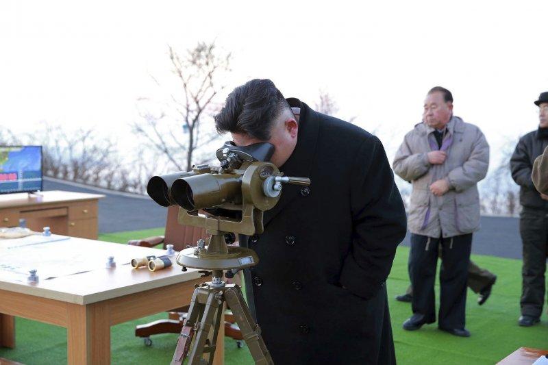 金正恩視察飛彈發射。(美聯社)