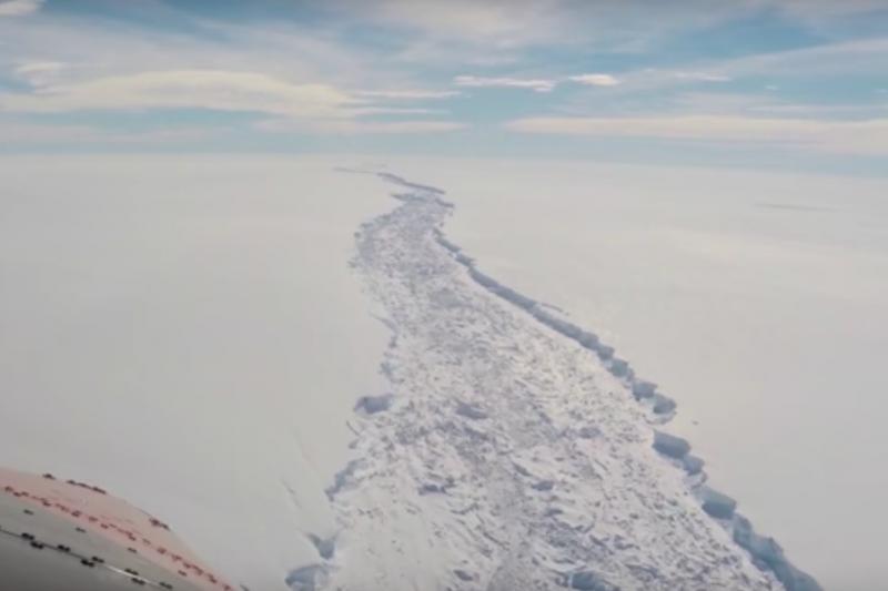 目前這條巨大的裂縫綿延長達200公里左右,劃出一塊約沿著一個5,000平方公里的冰原,斷裂開就會形成面積相當於1/4威爾士面積的冰山。