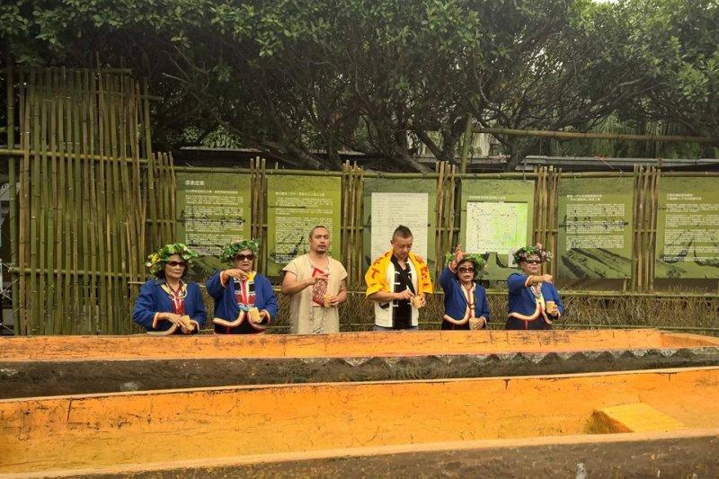 20170602-邵族族人呼籲政府將私有地納入傳統領域劃設辦法,日前將2艘邵族傳統獨木舟運到凱道,部落耆老並北上,在1日舉行記者會。這2艘邵族傳統獨木舟2日在警方的清除行動中,已被怪手搬走,警方說要代為保管。原住民族 凱道(鄭空空提供)