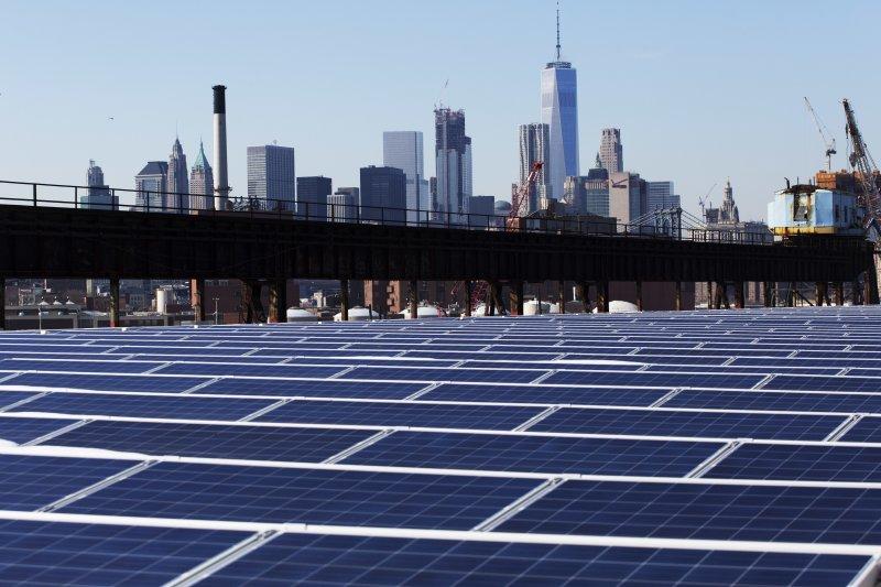 世界銀行前首席經濟學家史登認為,「氣候行動將成為21世紀成長的主要引擎。」圖為太陽能發電。(AP)