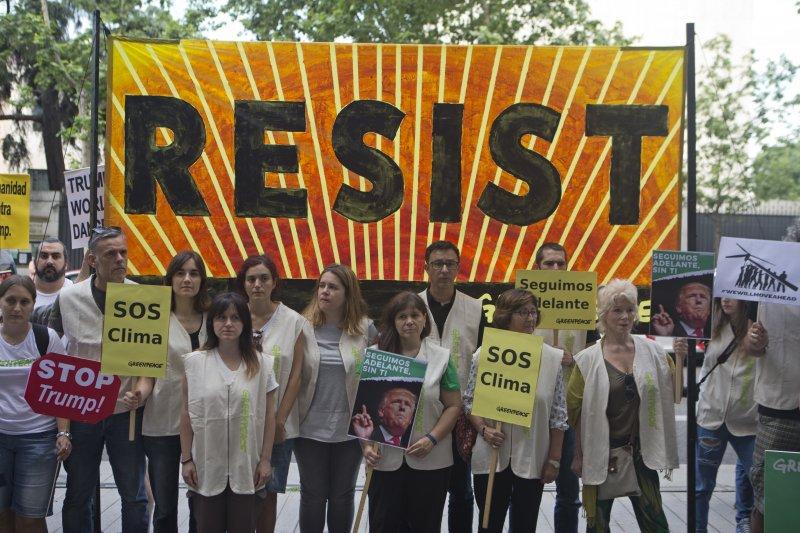 美國總統川普宣布退出《巴黎協定》,歐洲各地民眾走上街頭抗議(AP)