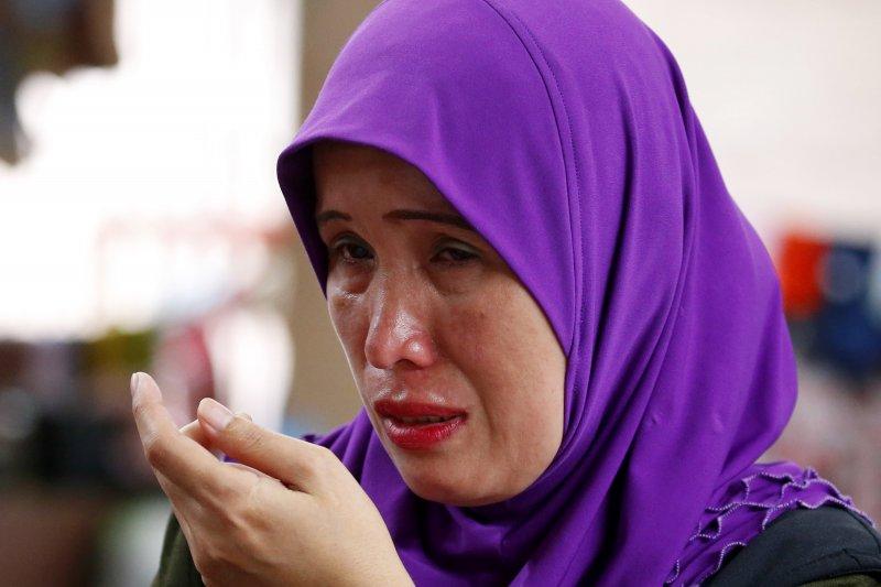 一位菲律賓的婦女因在臨時收容所哭泣,菲國政府軍正在南部的馬拉威與恐怖組織交火,讓數以萬計的居民無家可歸。(美聯社)