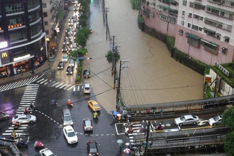 基隆市基金一路因為武崙溪溪水暴漲,溪水淹到馬路上。(取自「基隆人」臉書粉絲專頁)