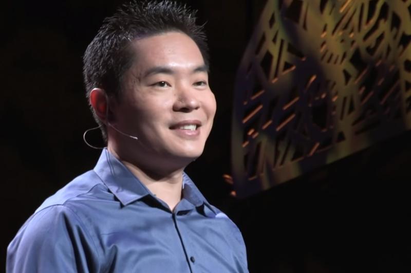 挑戰「被拒絕的100天」,以前膽小的蔣佳(Jia Jiang)如今成了家喻戶曉的名作家、企業家。(圖/擷取自 TED@youtube)