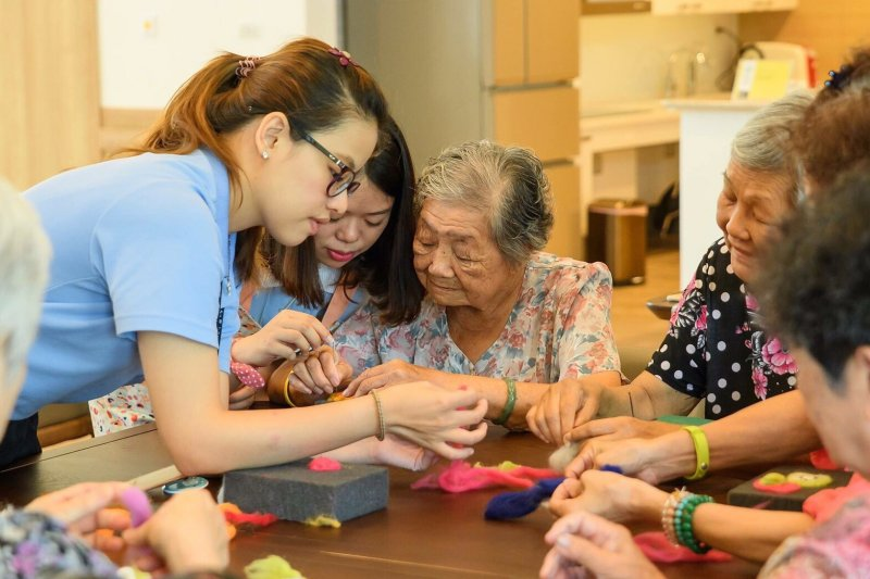 阿圖醫師說,我們或許會比父輩們活得更久,但老年時,可能會變得更加羸弱無力。我們真的希望以這種狀態活著嗎?(資料照,高雄市社會局提供)