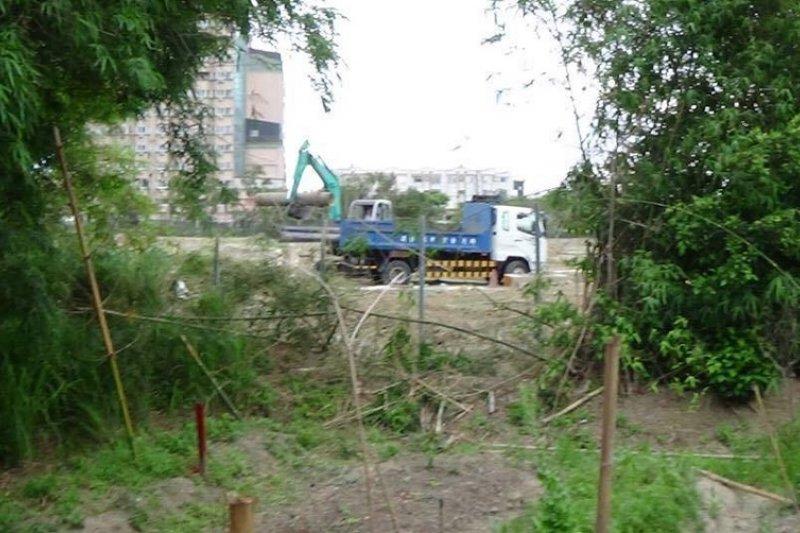 從竹塹缺口看正在施工的怪手。(寇延丁提供)
