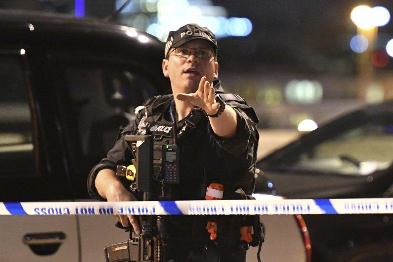 英國首都倫敦3日再度發生恐怖攻擊,造成多人死傷,警方緊急趕到現場處理。(AP)