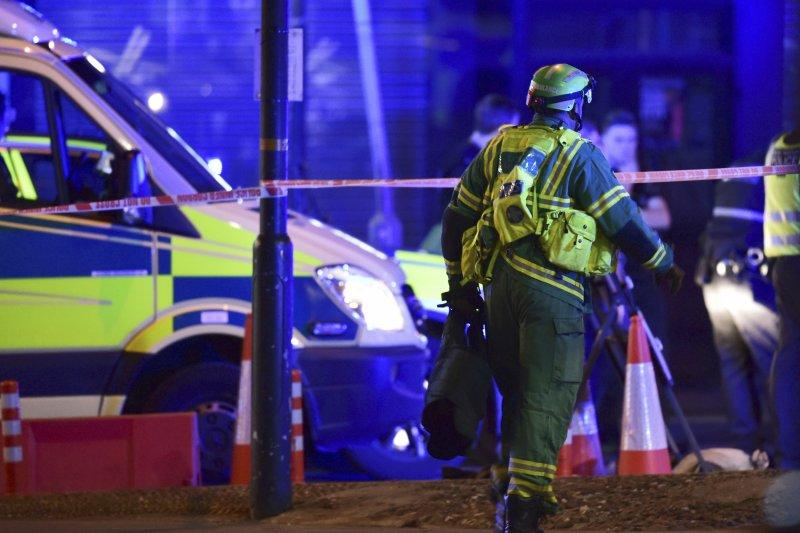 英國首都倫敦3日再度發生恐怖攻擊,外交部表示已啟動緊急應變機制,目前並未接獲我國人或僑胞受影響之訊息。圖為倫敦警消人員趕至現場。(美聯社)