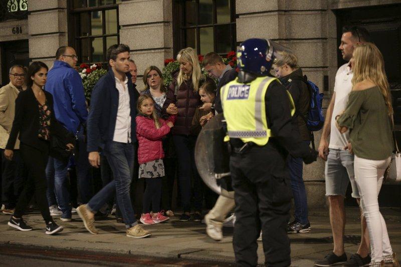 倫敦橋恐攻》英國首都倫敦3日再度發生恐怖攻擊,造成多人死傷,警方緊急趕到現場處理。(AP)