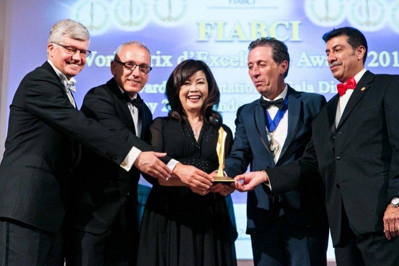 龍寶建設張麗莉董事長代表「晴臻邸」領獎。(圖/龍寶建設提供)