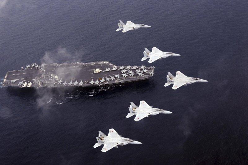 日本航空自衛隊的F-15戰機與美軍卡爾文森號航空母艦1日在日本海進行演練。(美聯社)