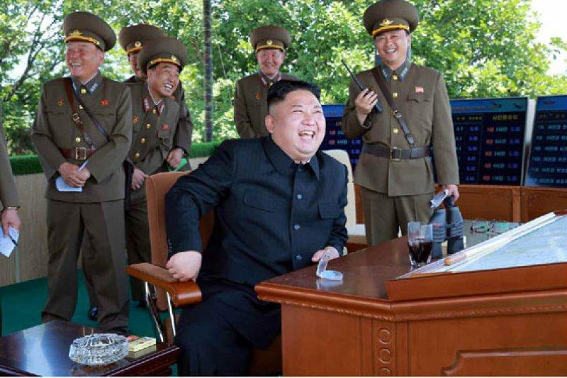 北韓4日舉行以打擊航母為想定的空軍實彈演練,金正恩親自到場視察。(勞動新聞)