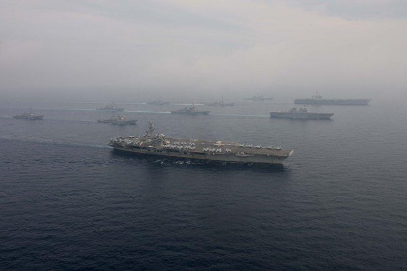 美軍雷根號與卡爾文森號航母打擊群1日在日本海共同演練。(駐日美軍司令部)