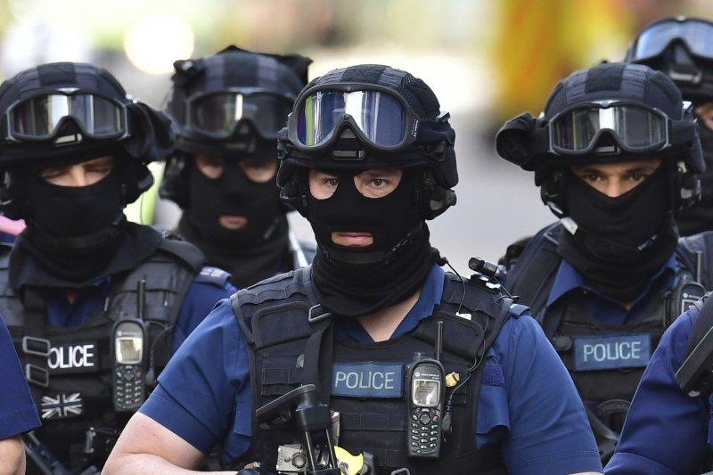 倫敦橋恐攻讓英國政府高度戒備,派出大批全副武裝的警察在街頭巡邏。(美聯社)