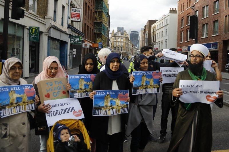 多位穆斯林在倫敦街頭高舉標語,宣稱「伊斯蘭國」暴政必亡。(美聯社)