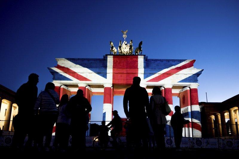 柏林布蘭登堡門投影英國國旗,悼念倫敦橋恐攻的受難者。(美聯社)