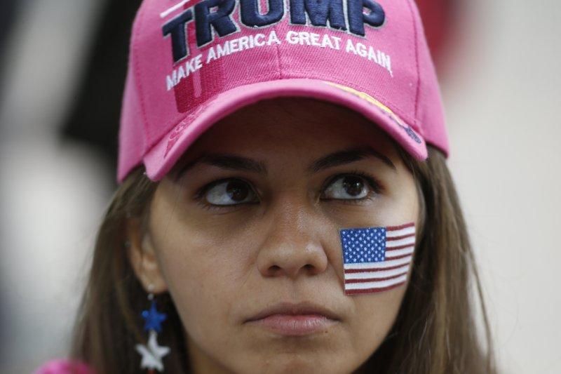 波特蘭火車殺人案後,極右派舉行「爭取言論自由」的遊行,還帶著支持川普的帽子。(美聯社)