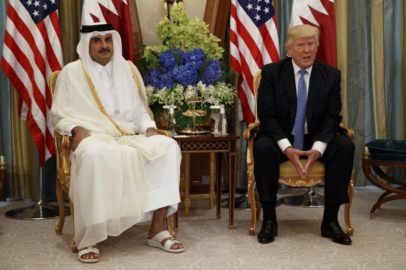 美國總統川普5月出訪中東時,曾在利雅德與卡達的埃米爾(君主)阿勒薩尼會面。(美聯社)