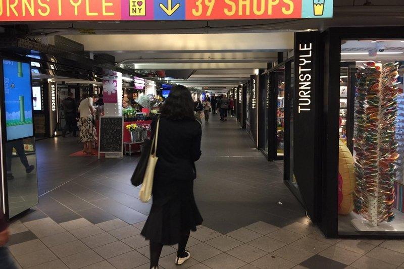 乾淨漂亮的台北地下街,為何無法像紐約破舊月台改建的商店街吸引人?(圖/王文華提供)