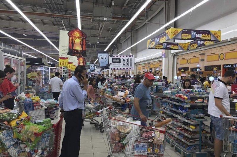 中東四國宣布封鎖與卡達相鄰的陸海空邊境,卡達居民湧入超市搶購物資。(美聯社)