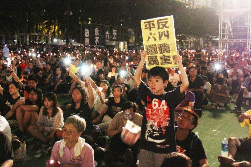 十多萬港人參加維園六四燭光悼念集會(美國之音圖片/海彥拍攝2017年6月4日)