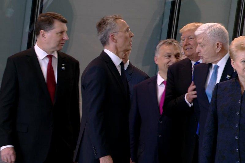 川普在北約總部的無禮舉動,至今讓人記憶猶新。被他一把推開的正是蒙特內哥羅總理馬爾科維奇。(美聯社)
