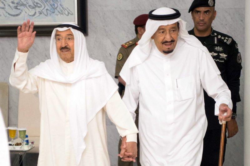 沙烏地阿拉伯國王薩勒曼與科威特埃米爾薩巴赫6日緊急會面,討論卡達斷交風波。(美聯社)