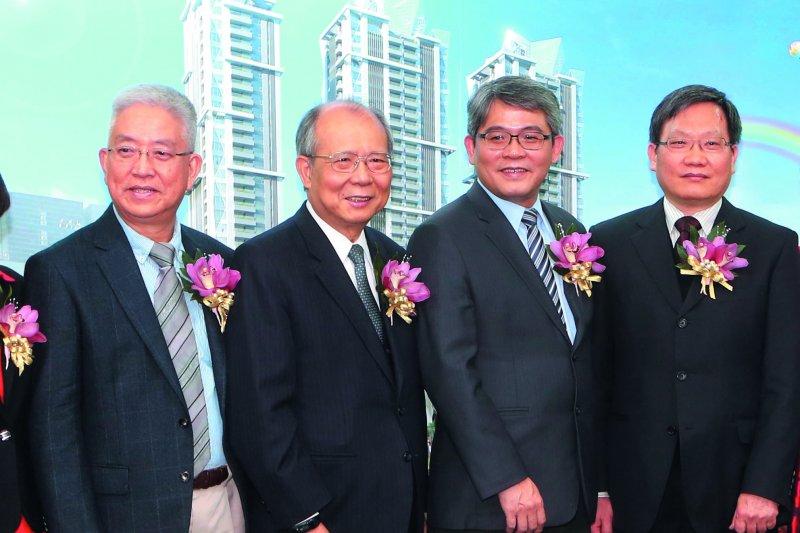 張金鶚(左一)對自己的學生花敬群(右二)主導的住都中心保守以對。(郭晉瑋攝)