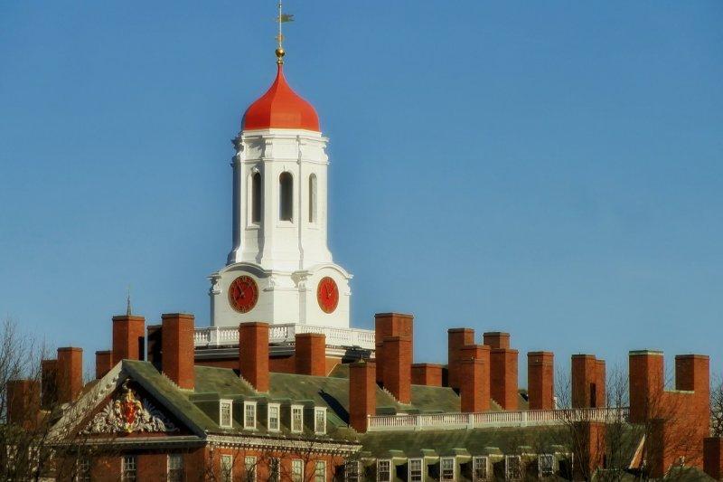 作者認為,祖克柏、比爾蓋茲等哈佛人,人格高節,舉世同欽。何時我們的教育才能培養出這樣具有崇高品格的人物?圖為美國哈佛大學。(資料照,取自Pixabay)