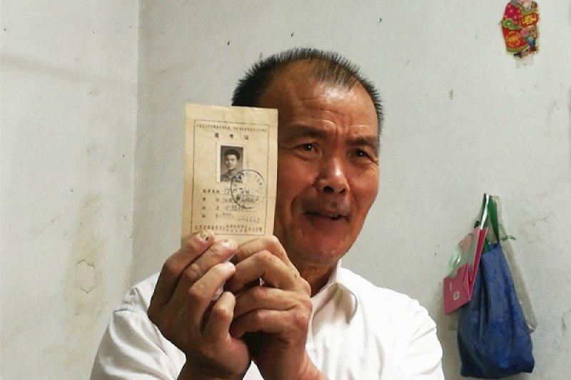 1977年中國恢復高考,甘福保已經30歲,他仍興奮報考,還保留准考證40年。(新華社)