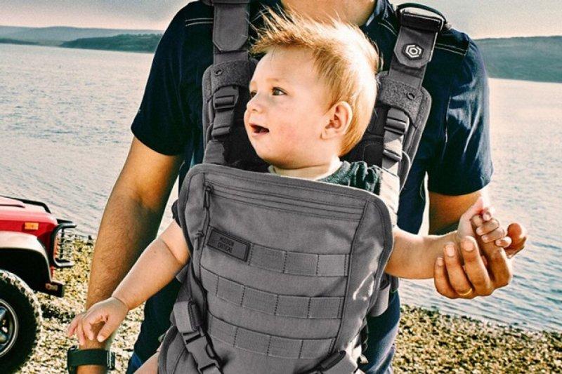 歐美流行將孩子背在前方、與孩子一起看這世界,不過這真的是對孩子最好的背法嗎?(圖 / mybabyneedthis.com)