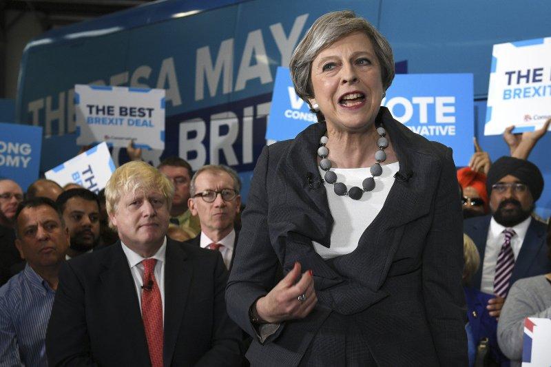 英國首相梅伊(右)與外交大臣強生(左)。(美聯社)