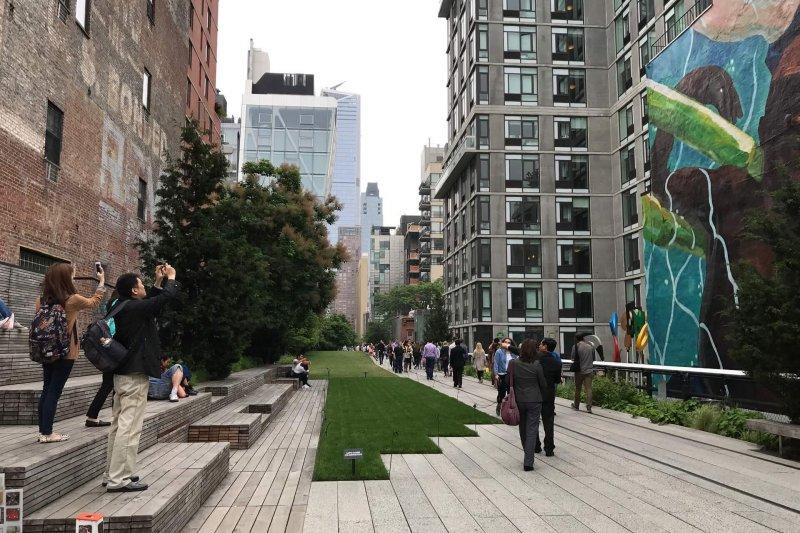 紐約High line park城市改建典範,市長涂醒哲指出嘉義市鐵路高架化後也可以。〔圖/嘉義市政府提供〕