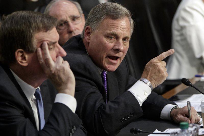 參議院情報委員會主席共和黨籍布爾(右)與民主黨籍的副主席華納(左)。(美聯社)