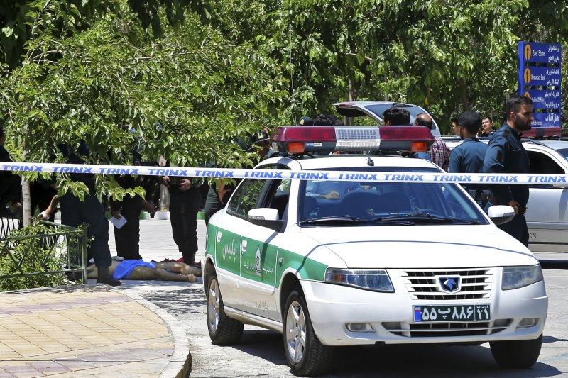 伊朗國會7日遭槍手闖入,警方緊急拉起封鎖線。(美聯社)