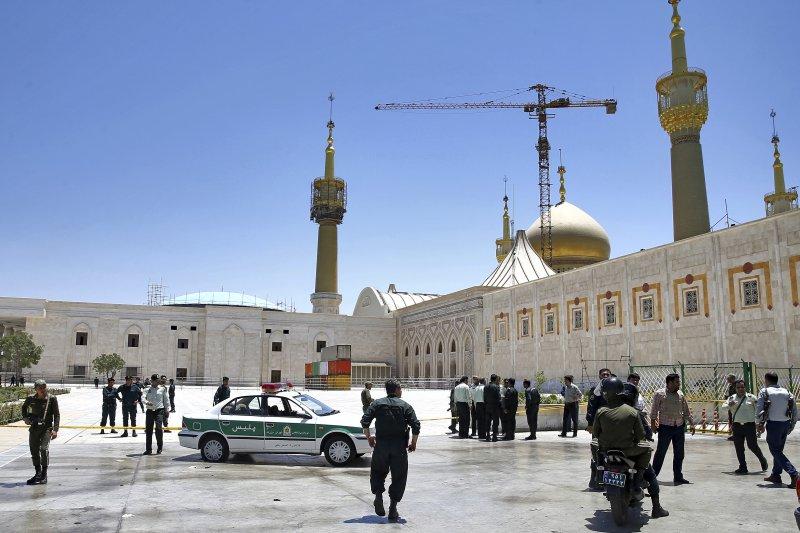 伊朗最高領袖何梅尼陵墓7日發生炸彈攻擊,警方與革命衛隊趕往現場。(美聯社)