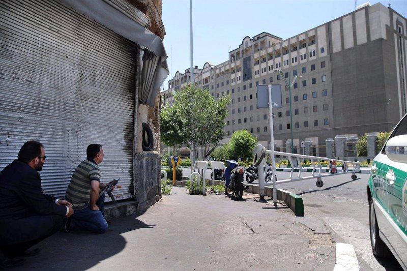 伊朗維安人員在國會外就位,準備衝進去營救人質。(美聯社)