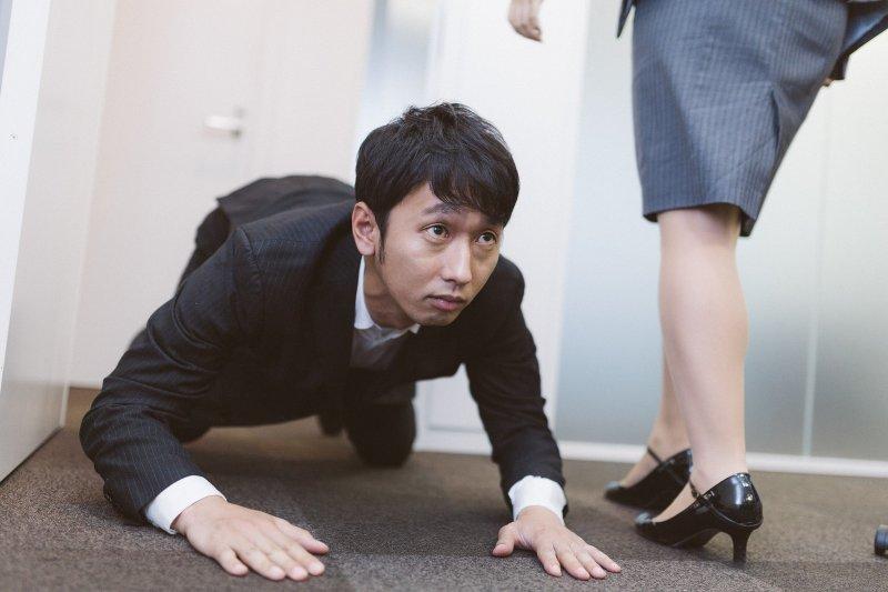 日本人嚴謹的禮貌背後,隱藏著極為變態的道歉文化。(圖/すしぱく@pakutaso)